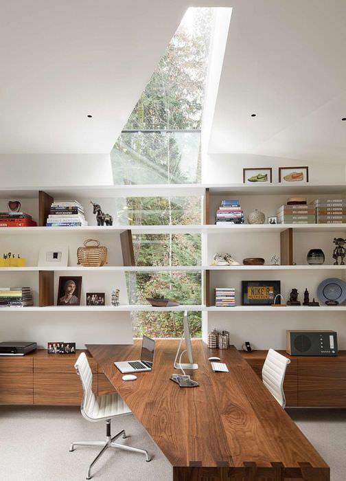 Интерьер рабочего кабинета в мансарде частного дома