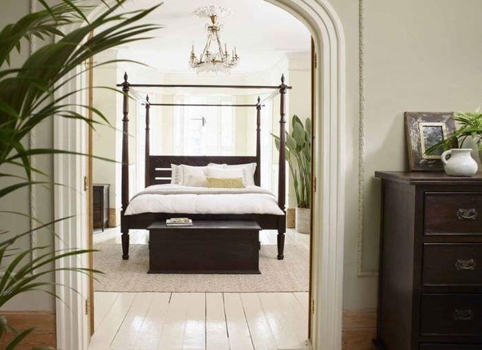 Дверной проем в спальне колониального стиля