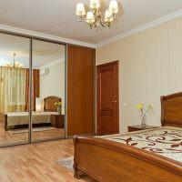 Шкаф-купе с зеркальными дверцами в интерьере спальни