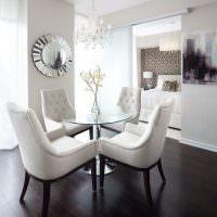Обеденная зона с удобными мягкими стульями