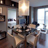 Красивая гостиная с панорамным окном
