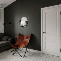 Деревянное кресло в комнате с темно-серыми стенами