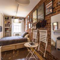 Интерьер узкой спальни с кирпичной стеной