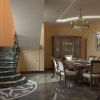 Дизайн обеденной зоны в гостиной с лестницей