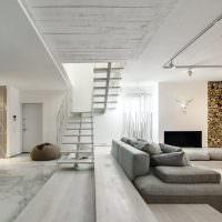 Серый диван в светлой гостиной