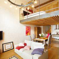 Спальня в антресоли над обеденной зоной
