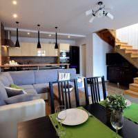 Деревянная лестница в интерьере кухни-гостиной