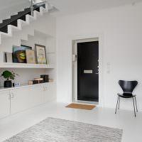 Черная дверь в белоснежной стене