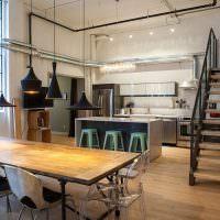 Большой обеденный стол с деревянной столешницей