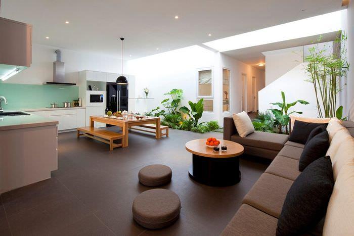 Интерьер уютной квартиры студии с экологической направленностью