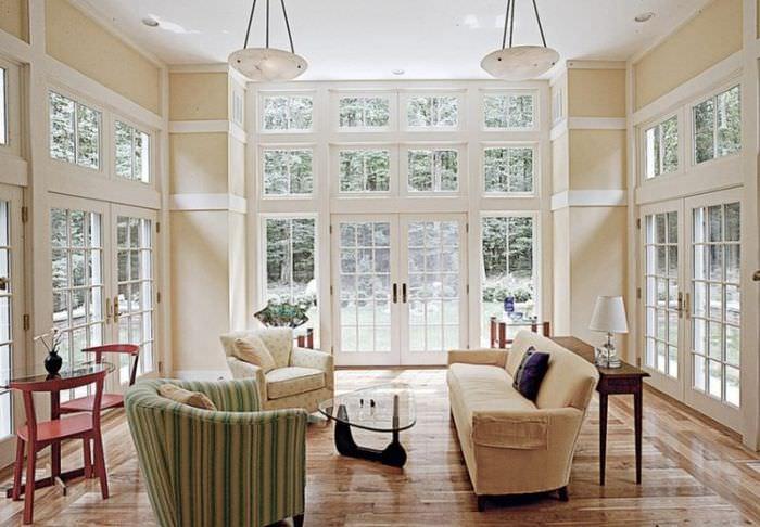 Интерьер гостиной с отличным естественным освещением