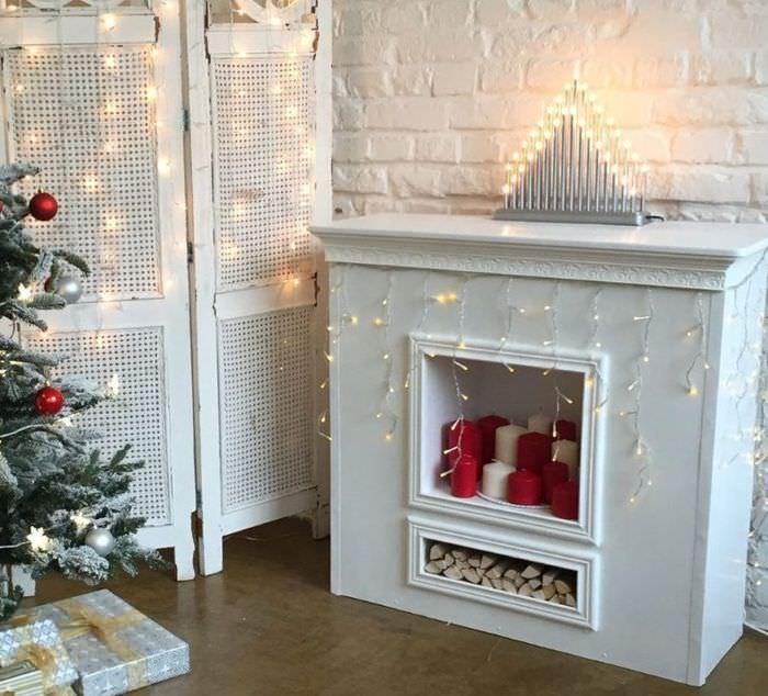 Декоративный камин с новогодней гирляндой
