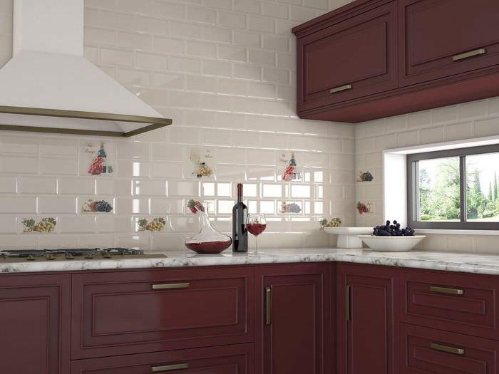 Белый кухонный фартук из керамической плитки