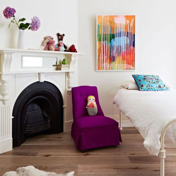Фиолетовый чехол на кресле около камина