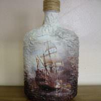 Рисунок фрегата на стеклянной бутылке