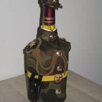 Камуфляжный китель на стеклянной бутылке