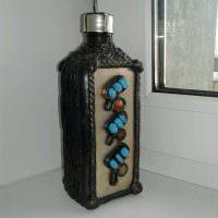 Подарочная бутылка на пластиковом подоконнике