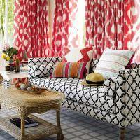 Декоративные подушки на пестром диване