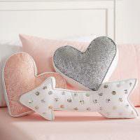 Подушки в форме стрелки и сердечек