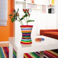 Декоративная ваза на белом столе
