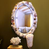Декор рамы зеркала морскими ракушками