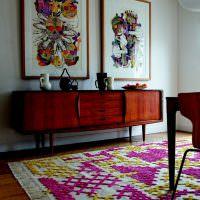 Пестрый ковер с вышивкой на полу гостиной
