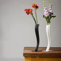 Стильные вазочки на старом столе