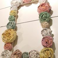 Бумажные цветы на фоторамке из дерева