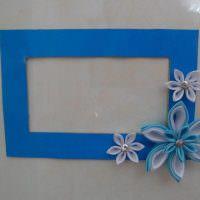 Синяя рамка из картона с цветами из полимерной глины
