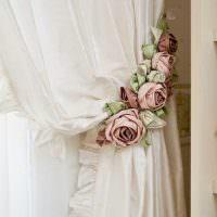 Светлая портьера с с цветами на подхвате