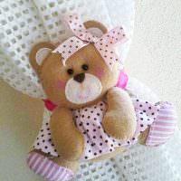 Мишка с бантиком на шторе в детской комнате