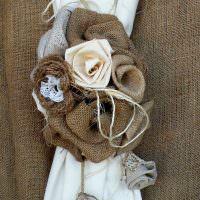 Цветы из мешковины на белой занавеске