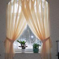 Светло-бежевые занавески на арочном окне