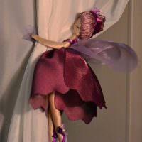 Куколка сказочной феи на занавеске кремового оттенка