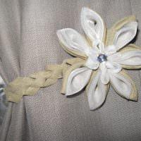 Цветок из обрезков ткани для украшения шторы