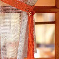 Подвязка для шторы из оранжевых нитей