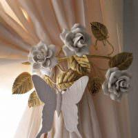 Бабочка из пластика на бежевой шторе