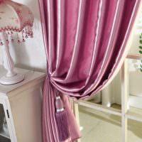 Подвязка с кистью на шторе в гостиной