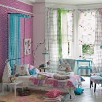 Интерьер детской комнаты с разноцветными шторами