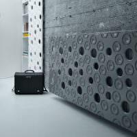 Серая декоративная панель на батарее отопления
