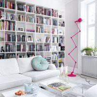 Высокий стеллаж белого цвета для домашней библиотеки