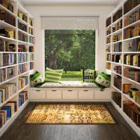 Небольшая библиотека с окном в сад