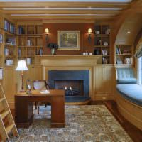 Окно с деревянной аркой в домашнем кабинете