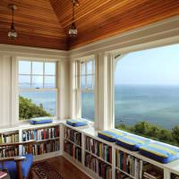 Домашняя библиотека с большими окнами
