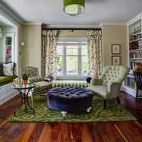 Зеленый ковер на деревянном полу