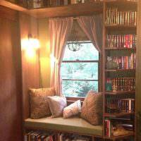 Место для чтения в оконном проеме