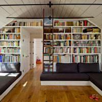 Серые диваны в зале-читальне частного дома