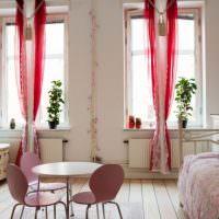 Розовые шторы на окнах квартиры студии