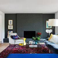 Черная стена гостиной загородного дома