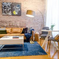 Современная гостиная с кирпичной стеной
